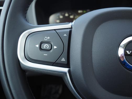 2021 Volvo XC60 Momentum image